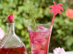 Osvěžte se originálními letními nealko drinky - iDNES.cz Glass Vase, Drinks, Bottle, Rose, Foods, Summer, Recipes, Drinking, Food Food
