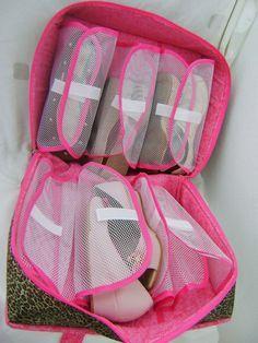 Na hora de viajar deixe seus sapatos bem organizados e felizes nesta linda maleta de calçados. Feita em tecido acetinado dublado e estruturada com feltro agulhado. Possui alças duplas e fechamento com ziper de duplo cursor. A capacidade da maleta é de 6 pares e para que você tenha uma perfeita visualização dos calçados, as divisórias são feitas em tela com fechamento e regulagem feito com velcro. Medidas: 40cm de largura, 35cm de altura e 20cm de profundidade.