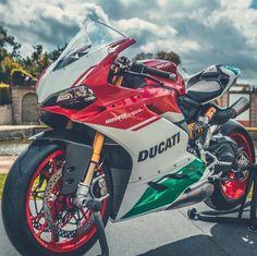 """17.7 mil Me gusta, 37 comentarios - Ducati Instagram (@ducatistagram) en Instagram: """"The 1299 Panigale R Final Edition Photo: @phankhoilontrencungdans #ducatistagram #ducati #1299r…"""""""