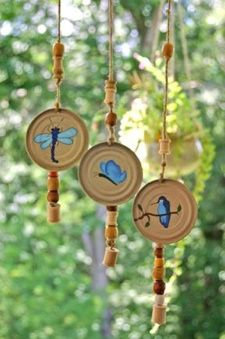 This is a guide about making wind chimes. Wind chimes can be expensive to buy. Making your own wind chimes allows you to use items around your house and customize the look of it. Jar Lid Crafts, Tin Can Crafts, Bottle Crafts, Canning Jar Lids, Mason Jar Lids, Upcycled Crafts, Recycled Art, Recycled Materials, Carillons Diy