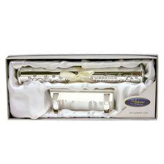 Házasságlevél tartó henger állvánnyal, ezüst színű ~ Ez az ezüstözött házasságlevél tartó henger egyedi ajándék esküvőre. A hozzá illő állvánnyal különleges dísze lehet a boldog pár otthonának. #esküvő