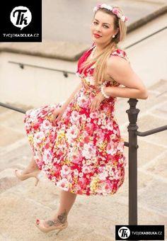 Retro kousek z našeho eshopu www.tvojekabelka.cz - šatičky Ophelia  Model Káťa má na sobě vel. 42