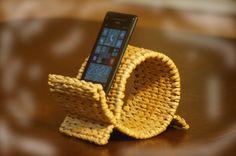 """Подставка """"Осьминог"""" для мобильного телефона. Часть 4.  Добавляем ещё одну подставку нестандартной формы для мобильных телефонов, которую можно сделать своими руками. Сформирована она из плетёной полосы, устойчива и функциональна."""
