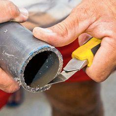 Eliminer les résidus de PVC avec un cutter. Pac Piscine, Tube Pvc, Local Technique, Swimming Pool Construction, Silver Rings, Jewelry, Liner, Heat Pump System, Schmuck
