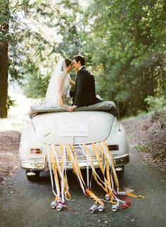Autos clásicos para #bodas decorados con cintas de raso - Las cintas de raso o listones son una variante moderna y original para amarrar las latas al coche de bodas #weddings