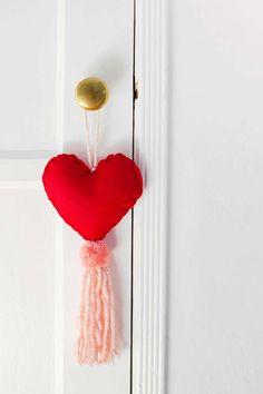 Faça você mesmo: penduricalho simples Cute Diy Projects, Craft Projects, Pom Pom Maker, How To Make A Pom Pom, Converse With Heart, Cute Diys, Diy Design, Design Ideas, Tassels