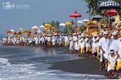 Upacara Melasti (sebelum hari Nyepi), Bali. #PINdonesia