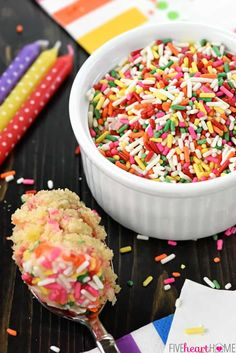 Funfetti Mug Cake is a light, fluffy, vanilla mug cake that's bursting with colorful sprinkles and comes together in just a few minutes in the microwave! Banana Recipes, Cake Recipes, Dessert Recipes, Desserts, Yummy Recipes, Funfetti Mug Cake, Vanilla Mug Cakes, Cold Cake, Mug Cake Microwave