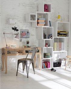 Para dar vida a um espaço não precisa muito basta uma escrivaninha e uma estante modular. Olha que cantinho fofo e organizado... para inspirar nesse restinho de domingo #decoration #instadecor #instahome #casa #home #interiordesign #homedesign #homedecor #homesweethome #inspiration #inspiração #inspiring #decorating #decorar #decoracaodeinteriores #Mobly #MoblyBr