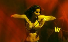 Manasvi Mamgai demoes hand sign that you must do simultaneously with any breathing exercise. Credit: apunkachoice.com