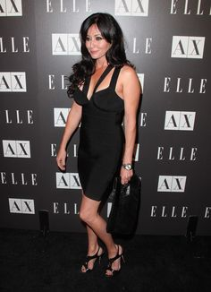 Shannen Doherty Oversized Clutch - Shannon Doherty showed off her her all black ensemble while hitting the Armani Exchange. Serie Charmed, Charmed Tv Show, Shannon Dorothy, Shannen Doherty Charmed, Jennifer Aniston Style, Bikini Images, Girls Rules, Celebrity Feet, Peplum Dress