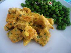 Bocconcini di pollo alla crema light di zafferano Whole Foods Vegan, Whole Food Recipes, Curry, Gnocchi, Chicken Salad, Italian Recipes, Risotto, Food To Make, Estate
