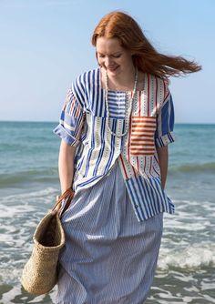 Längre klänning med en generös passform som nog lätt blir en favorit i garderoben. Ärmlös, med lätt rynkad midja baktill, rundringad hals och två praktiska fickor fram.