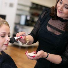 Nach Ihrem Termin bei uns im Salon geht es für Sie wieder zurück ins Büro oder zum nächsten Event?   Wir frischen gerne Ihr Make-up auf und runden Ihren Look damit ab.    Foto Credit: www.kacy.at  #friseur #wien #hair #skin #makeup #1010wien #labiosthetique
