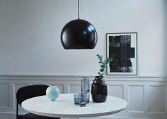 Design by Frandsen klassikko Ball 40 kattovalaisin. Tämä tyylikäs ja ajaton katseenvangitsija sopii loistavasti niin moderniin kuin perinteisempäänkin sisustukseen. Valitse useampi valaisin ja sijoita näyttävä riippuvalaisin duo  esimerkiksi olohuoneeseen tai luo yksittäisellä valaisimella upea ilme ruokailutilaan. Useita värivaihtoehtoja. Dar Lighting, Cool Lighting, Luminaire Design, Lamp Design, Lantern Pendant, Pendant Lamp, Perriand, Globe Lights, Danish Design