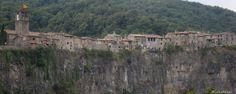 Biolandia en… el Parque Natural de La Garrotxa.  Sugerimos dos excursiones que te llevarán hasta los volcanes de Santa Margarida y Croscat... #naturaleza #escapadas #españa #garrotxa