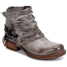 Du style et du caractère : voici le programme de la boot Saint de la marque Airstep / A.S.98. Si on l'aime pour sa tige en cuir de couleur grise, on apprécie également ses détails de confection qui la rendent unique. Le confort étant tout aussi important, sa semelle a été fabriquée à base d'un synthétique souple. Indéniablement, elle est parfaite ! - Couleur : Gris clair - Chaussures Femme 229,00 €