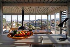 em Pioneertown, Estados Unidos. O Off-grid itHouse reúne estética industrial crus com as táticas de design verde para forjar uma nova casa nos confins sunbaked do deserto da Califórnia. O Off-grid itHouse é uma casa arquitetonicamente significativo, observou recentemente pel...