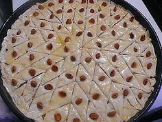 La meilleure recette de BAKLAWAS SIMPLE ET RAPIDE! L'essayer, c'est l'adopter! 4.7/5 (10 votes), 9 Commentaires. Ingrédients: 2 pâtes feuilleté  250g d'amande entière  250g d'amande concassé  250g de poudre de noix (pour moi poudre de noisette)  150g de sucre cristallisé  150g de beurre liquide  eau de fleurs d'orangé pour ramassé la pâte    150g de miel