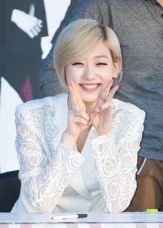 Eunji // Nine Muses Korean Girl Groups, Kpop Girls, Pretty Girls, Muse, Ruffle Blouse, Eun Ji, Park, Smiley, Women