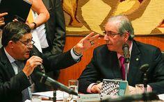 O líder do governo na Câmara, José Guimarães (PT-CE) fala com Eduardo Cunha (PMDB-RJ) em reunião de líderes no gabinete da presidência da Casa