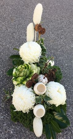 An arrangement for All Saints day All Saints Day, Floral Arrangements, Floral Wreath, Projects To Try, Wreaths, Table Decorations, Christmas, Cemetery, Home Decor