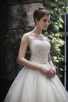 Romantic wedding dress with layered lace. Square neckline and waist with leave…