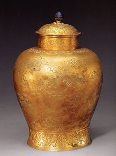 """Pure gold jar engraved with """"Phoenixes"""" on display in the Forbidden City Palace Museum, Qing Dynasty."""