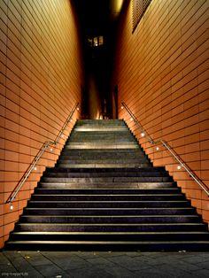 Potsdamer Platz - http://smg-treppen.de/potsdamer-platz/ Berlin Potsdamer Platz ist sicher jedem ein Begriff. Die Außentreppe befindet sich direkt neben dem Marlene-Dietrich-Platz. Terracotta-Fliesen rahmen die Treppe seitlich ein und bilden einen warmen Farbton, der auch Nachts nocht zur Geltung kommt. Die Beleuchtung könnte nach meiner Meinung etwas ...