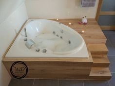 Oak veneer cladding of a corner bath with stairs. Cabin Bathrooms, Upstairs Bathrooms, Master Bathroom, Small Bathroom Layout, Bathroom Design Layout, Jacuzzi Room, Corner Tub, Bathroom Renos, Bathroom Styling