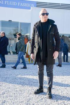 """ピッティウオモといえば、年に2度だけ行われる世界最大規模のメンズファッションブランド展示会だ。コレクション会場と違い、ビジネスのために世界各国からファッション業界を牽引するバイヤー達が集う場でもあるため、リアルな最先端のビジネススタイルをチェックできる。今回は、2017年1月に行われた""""ピッティウオモ 91""""にフォーカスして注目の着こなしを紹介! アルスターコート×タイドアップシャツスタイル ネイビーのアルスターコートに、ホワイトタイドアップシャツを合わせたスタイリング。タイにネイビーをチョイスして統一感のある雰囲気に。足元はホワイトレザースニーカーをチョイスして軽快な印象をプラス。 TAGLIATORE(タリアトーレ) ポロコート イタリア語で裁断士の意味を持つ「TAGLIATORE(タリアトーレ)」。ワイドラペルが男性的なたくましさを演出するダブルコート。 詳細・購入はこちら adidas STAN SMITH ギネス上、世界で一番履かれているスニーカーと記録されているアディダスのスタンスミス。 詳細・購入はこちら ブラックチェスターコート×カモ柄大判スト..."""