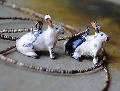 RÉSERVÉ pour L. Collier de deux lapins. Figurine plomb, lapin, jouet antique, antique assemblé, vintage, repurposed