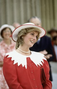 Diana Princess of Wales on June 29 1983 in Edmonton Alberta Canada during the Royal Tour of Canada Princess Diana Fashion, Princess Diana Pictures, Lady Diana Spencer, Elisabeth, Princess Of Wales, Queen Of Hearts, Retro Outfits, White Outfits, Duchess Of Cambridge