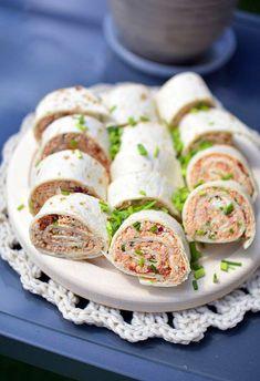 Przepis na roladki z tortilli z pieczonym kurczakiem - MniamMniam.com Western Food, Wrap Sandwiches, Enchiladas, Fresh Rolls, Feta, Sushi, Grilling, Food And Drink, Appetizers