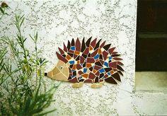 Décor de hérisson en tesselles de mosaïque dans un jardin sur un mur de maison…