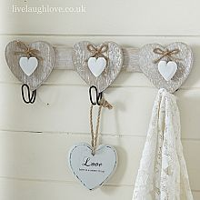 Decorative shabby chic and vintage wall hooks for just a few keys, or for a small hotels worth. Wood Crafts, Diy And Crafts, Arts And Crafts, Shabby Chic Accessories, Wooden Wall Hooks, Deco Champetre, Country Paintings, Heart Crafts, Wooden Hearts