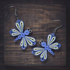 The dragonfly brings dream to reality and is the messenger of wisdom! Custom Earrings, Pink Earrings, Boho Earrings, Crystal Earrings, Earrings Handmade, Handmade Jewelry, Paper Quilling Earrings, Paper Quilling Designs, Quilling Ideas