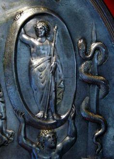 Detalle de la placa de Parabiago donde se representa a Eón; Tellus (no se muestra en la imagen) aparece en la parte inferior de la placa, que se centra en el carro de Cibeles