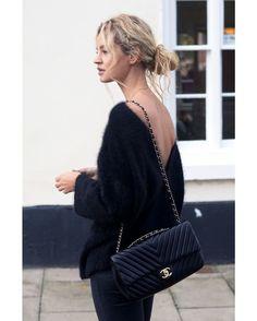 Às vezes, o básico - mesmo sendo uma Chanel - é o que falta para um bom look. A bolsa preta, com correntes de metal é um clássico e nunca sai de moda #baglovers #bag #bolsa #chanel #basics #fashion #trendy #style
