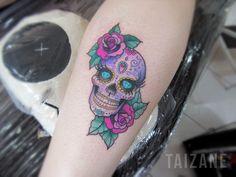 Sugar Skull Feita com pigmentos Electric Ink e Everlast, máquinas Electra e PF. Agulhas black cat. #caveiramexicana #sugarskull #tattoo