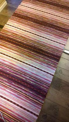 Suloinen sopankeittäjä räsymatto Textiles, Weaving Patterns, Recycled Fabric, Woven Rug, Rug Making, Scandinavian Style, Pattern Design, Rag Rugs, Crafts