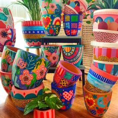 Painted Plant Pots, Painted Flower Pots, Ceramic Flower Pots, Ceramic Pots, Painted Pebbles, Flower Pot Art, Flower Pot Design, Diy Home Crafts, Diy Crafts To Sell
