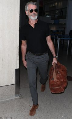 Pierce Brosnan cuts a suave figure in a casual ensemble is part of Mature mens fashion - The former Bond star looked suave when he touched down at LAX on Wednesday, sporting a cool and casual offduty attire Mature Mens Fashion, Old Man Fashion, Best Mens Fashion, Mature Men Style, Gents Fashion, Fashion For Men Over 50, Fashion Ideas, Classy Fashion, Fashion Fashion