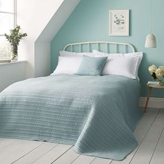 Complete with a quilted finish, this synthetic plain duck egg bedspread is available in a choice of sizes and is machine washable and tumble dryer safe for easy care. x – Suitable to cover a double and kingsize bed. x – Suitable for a super kingsize bed. Guest Bedroom Colors, Blue Bedroom Decor, Bedroom Color Schemes, Home Bedroom, Bedroom Ideas, Bright Bedroom Colors, Teal Bedroom Walls, Mauve Bedroom, Aqua Bedrooms