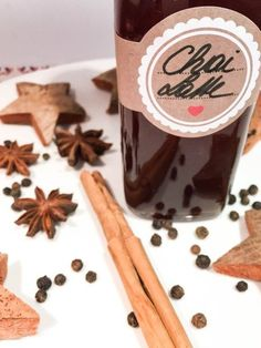 Chai Latte ist eines meiner Lieblingsgetränke im Winter. Dieser Sirup wird mit heißer Milch aufgegossen. Er ist ein süßes Mitbringsel aus der Küche!