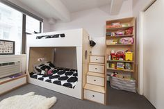 The LoLo Bunk Bed is made for lower ceilings, while the hanging bookshelf maximizes storage. #casakidsbk