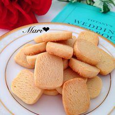 クッキー大好きな私◡̈♥︎ これとっても簡単なんですけど、本当に美味しくてお気に入りです♡ 何度でも焼きたい、スライスチーズで作る私の中で【決定版】のクッキーです☆ さくさく香ばしい。 甘さとチーズの旨味が融合。 ワインなどにも合いますよ ◌⑅⃝*॰ॱ 2014/4/9に「NO〜とは言わせない♡濃〜‼‼チーズクッキー」でUPしていますが、今回のはさらにチーズ量が増えて美味♡ レシピ、NEW ver.です。 *************** アメブロ「Mari ごはん エトセトラ」 遊びに来て下さいね♡ http://ameblo.jp/m-a-r-ichan/ *************** ◉材料(天板1枚分) スライスチーズ 2枚(40g) マーガリン 50g 砂糖 50g 薄力粉 140g ◉作り方 ①耐熱ボウルにちぎったチーズとマーガリンを入れ、レンジ600W50秒加熱して溶かし、泡立て器でよく混ぜる ②砂糖を加えて手早くすり混ぜ、薄力粉も加えてしっかり混ぜる ③ひとまとまりになったらラップに包み、棒状...