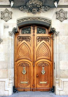 Barcelona - Casa Berenguer 1909 Architect: Joaquim & Bonaventura Bassegoda i Amigó Vintage Doors, Antique Doors, Armoire Design, Entrance Doors, Doorway, Grand Entrance, When One Door Closes, Knobs And Knockers, Cool Doors