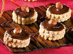 Ořechová kolečka s moka náplní Christmas Candy, Christmas Baking, My Dessert, Dessert Recipes, Holiday Cookies, Mini Cupcakes, Holiday Recipes, Sweet Tooth, Cheesecake