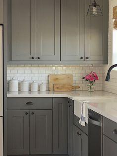 cozinha com armários cinza e azulejos retangulares